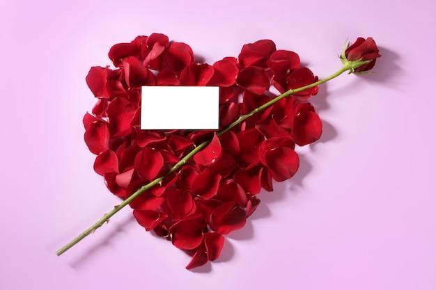 Cupidopijl in een rode roze vorm van het bloemblaadjeshart Premium Foto