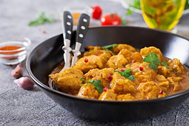 Curry met kip en uien. indiaans eten. aziatische keuken. Gratis Foto