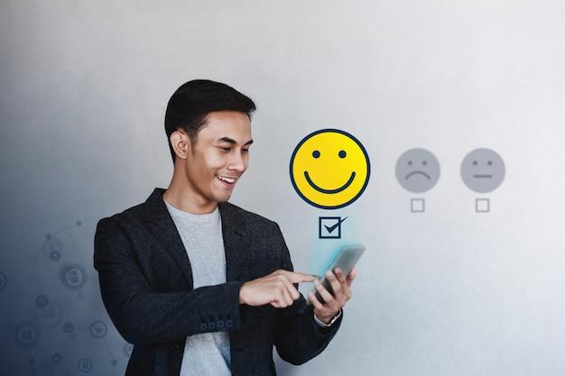 Customer experience concept. jonge zakenman die zijn positief overzicht geeft Premium Foto