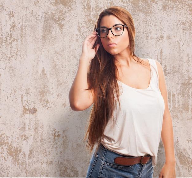 Cute brunette draagt een bril. Gratis Foto