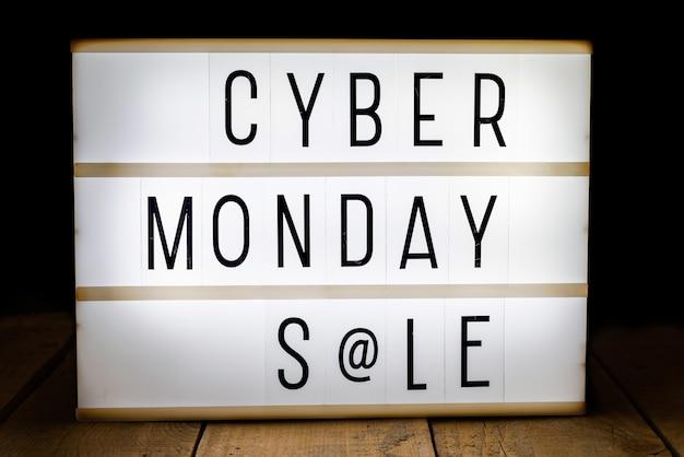 Cyber maandag verkoop geschreven op lichtbak Gratis Foto