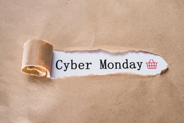 Cyber monday-inscriptie en knutselenvel Gratis Foto