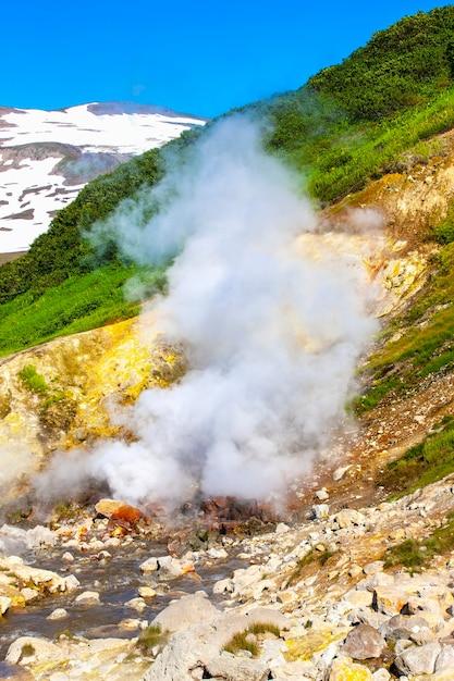 Dachniye warmwaterbronnen, geiser vallei in miniatuur in de buurt van mutnovsky vulkaan op het schiereiland kamtsjatka, rusland Premium Foto