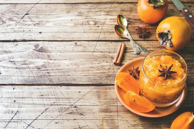 Dadelpruimfruit smoothie met kaneel en anijsplantsterren, de houten ruimte van het lijstexemplaar Premium Foto