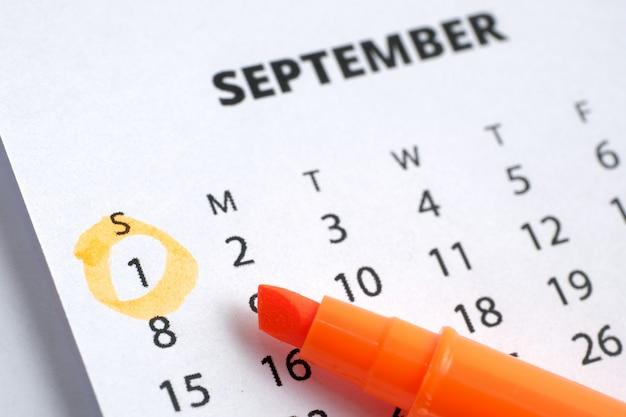 Dag van de arbeid concept. 1 september is op de kalender 2019 gemarkeerd met een oranje markering. Premium Foto