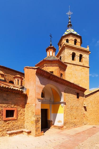 Dagoverzicht van de kerk in albarracin Gratis Foto