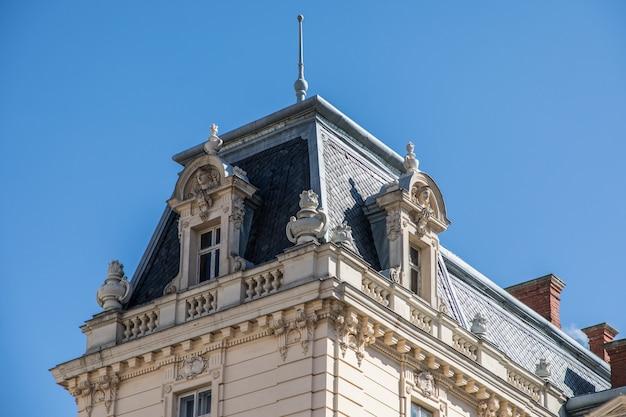 Dak van het oude gebouw voor blauwe hemel in dagtijd Gratis Foto