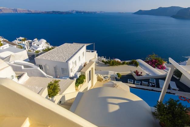 Dak van hotels op de achtergrond van de middellandse zee op het eiland santorini, oia dorp. Premium Foto