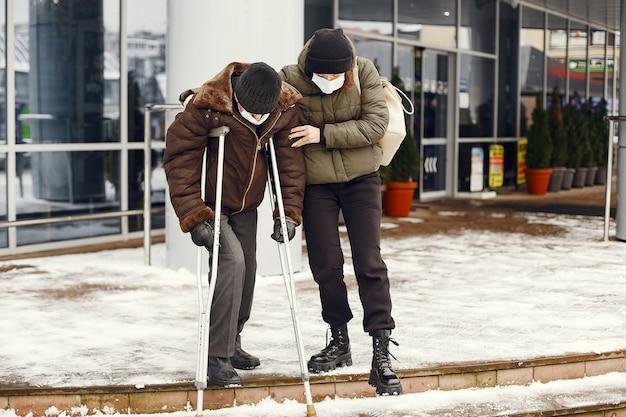 Dakloos in een winterstad. Gratis Foto