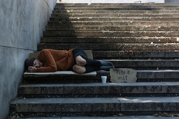 Dakloze man slapen op straat Premium Foto