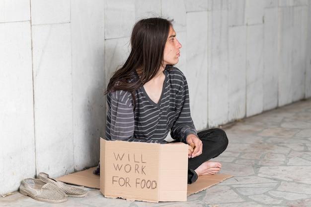 Dakloze man smeken om hulp Premium Foto