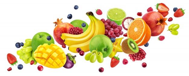 Dalende fruitsalade geïsoleerd op wit met uitknippad, vliegende vruchten en bessen collectie Premium Foto