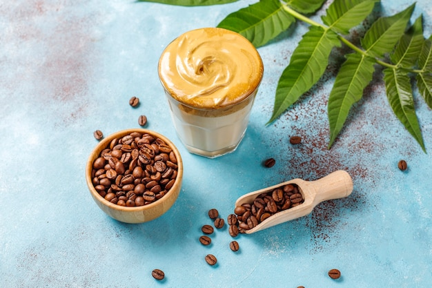 Dalgona-koffie. luchtige, romige, opgeklopte trenddrank met koffieschuim en melk. Gratis Foto
