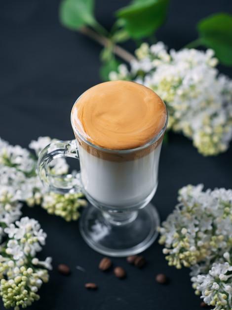 Dalgona koffie. zacht geklopte instantkoffie met koude melk en suiker. trendy drankje Premium Foto