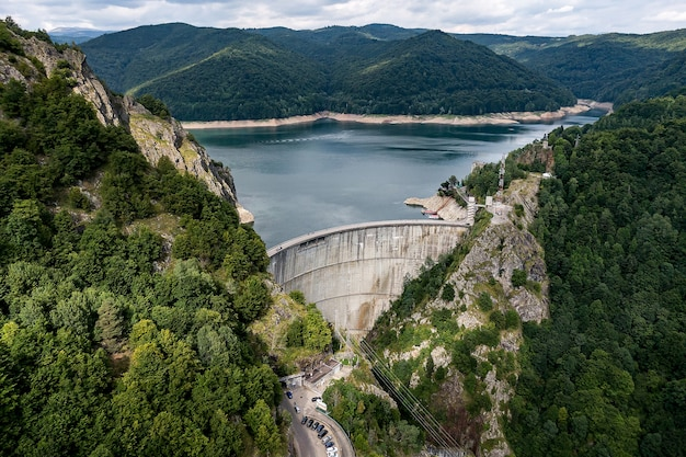 Dam in de bergen, roemenië Premium Foto