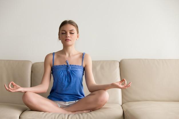 Dame die yogaoefeningen thuis in ochtend doet Gratis Foto