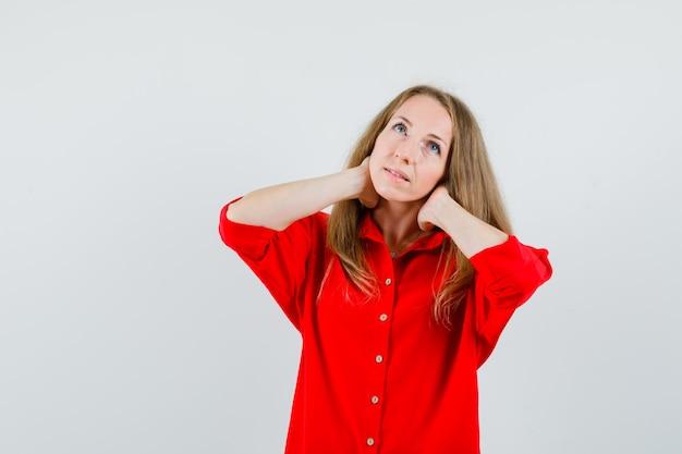 Dame met nekpijn in rood shirt en ziet er moe uit, Gratis Foto
