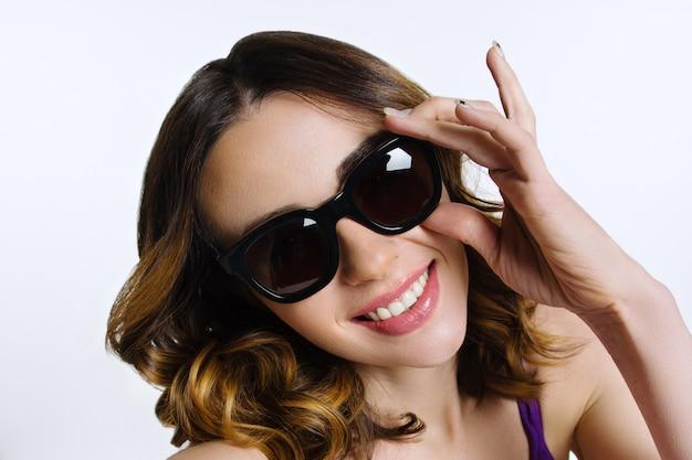 Dames gezicht in zwarte zonnebril Premium Foto