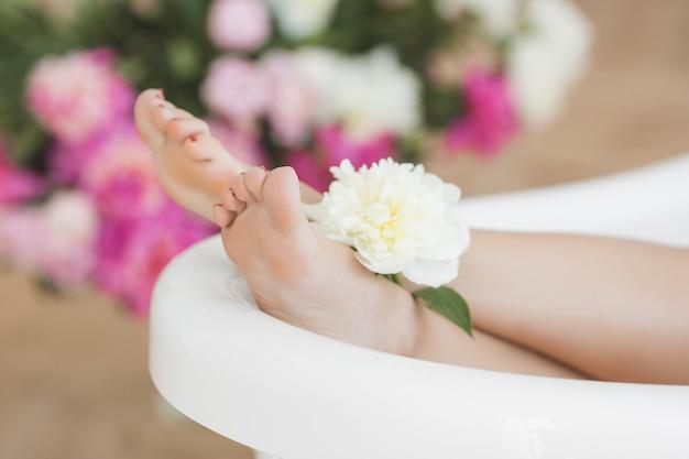Dames voeten in het bad Premium Foto
