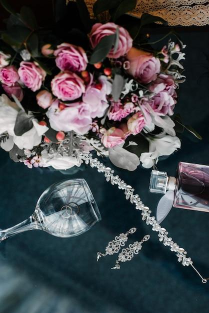 Damesaccessoires bruid. handtas, schoenen, ringen, bruidsparfum Premium Foto
