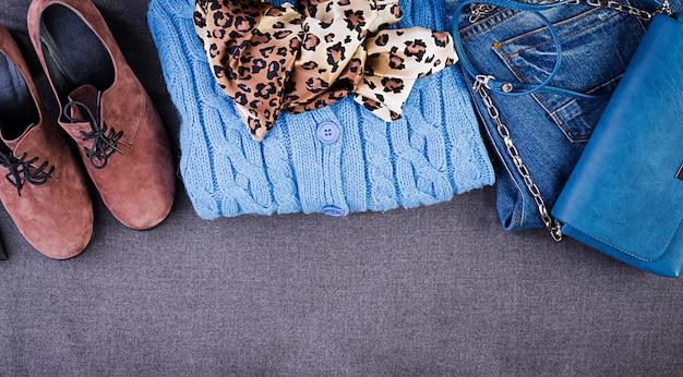 Dameskleding, accessoires, schoenen (blauwe blouse, jeans, schoenen van terracotta, tas). mode outfit. winkelen concept. bovenaanzicht trendy, verzadigde kleuren Premium Foto