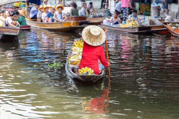 Damnoen saduak-drijvende markt dichtbij bangkok in thailand Premium Foto
