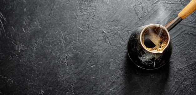 Dampende koffie in turk Gratis Foto