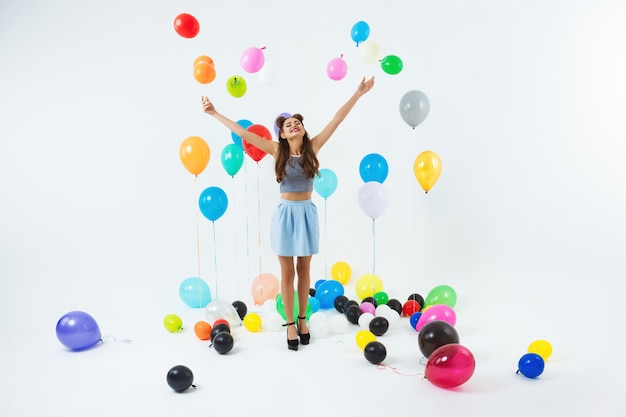 Dansende plek. stijlvolle jong meisje viert verjaardag dansen, plezier maken Gratis Foto