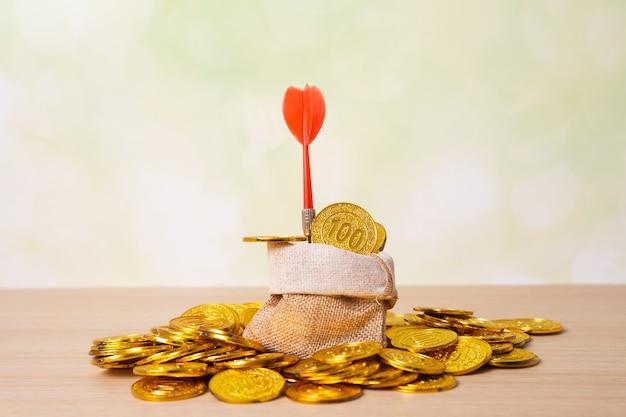 Dart op gouden munten Premium Foto