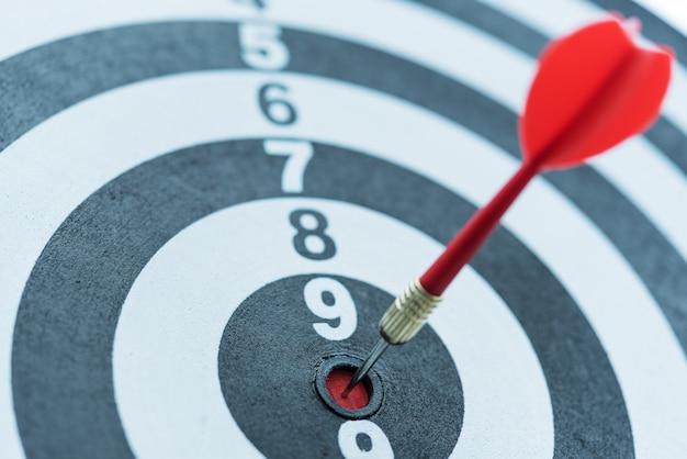 Dart target pijl slaan op bullseye met zonlicht Gratis Foto