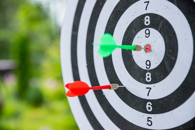 Dartbord met darts. Premium Foto