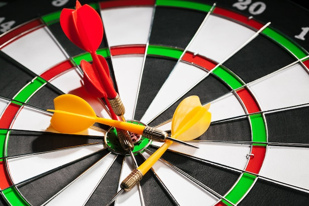 Darts op dartbord Premium Foto