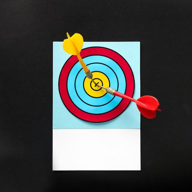 Darts raken de schot in de roos op het bord Premium Foto