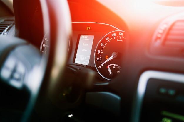 Dashboard in een moderne auto. snelheidsmeter en toerenteller Premium Foto