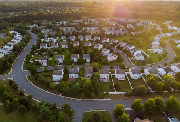 Dawn in het slaapgedeelte van een klein stadje met een bos op het uitzicht vanaf een hoogte Premium Foto