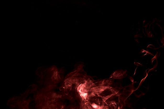 De abstracte brandende heldere rook op een zwarte achtergrond Gratis Foto