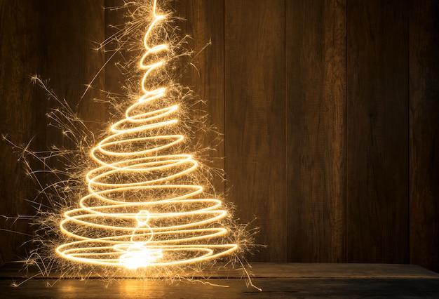 De abstracte symbolische kerstboom leidde tot het gebruiken van sterretjes met houten lijst en houten muurachtergrond Premium Foto