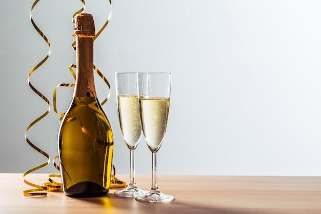 De achtergrond van de de vooravondviering van nieuwe jaren met champagne Premium Foto