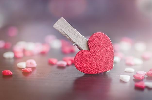 De achtergrond van de valentijnskaartendag met harten Premium Foto