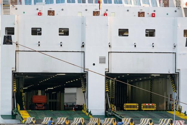 De achterkant ging open van de deuren van een scheepvaartveer om de auto's in de veerboot te laten komen Gratis Foto