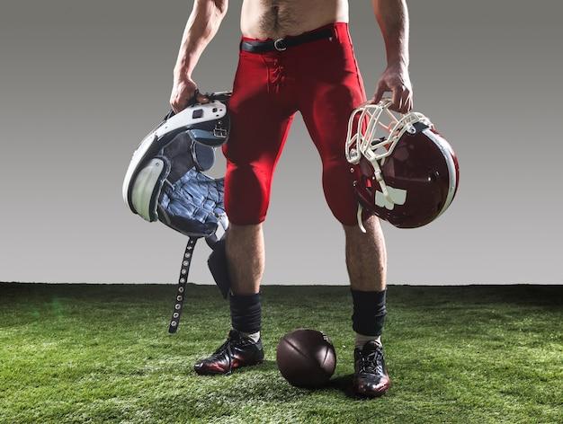 De american football-speler met bal Gratis Foto