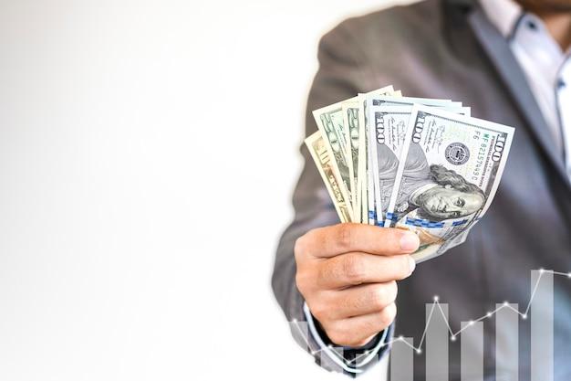 De amerikaanse dollarbankbiljet van de zakenmanholding met grafiek van de technologie de digitale groei Premium Foto