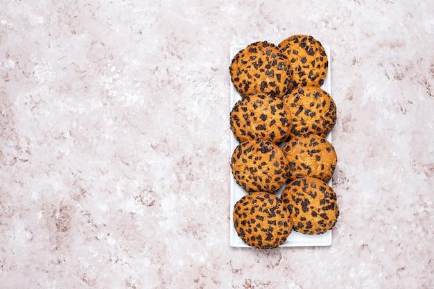 De amerikaanse koekjes van de stijlchocoladeschilfer op lichte concrete achtergrond. Gratis Foto