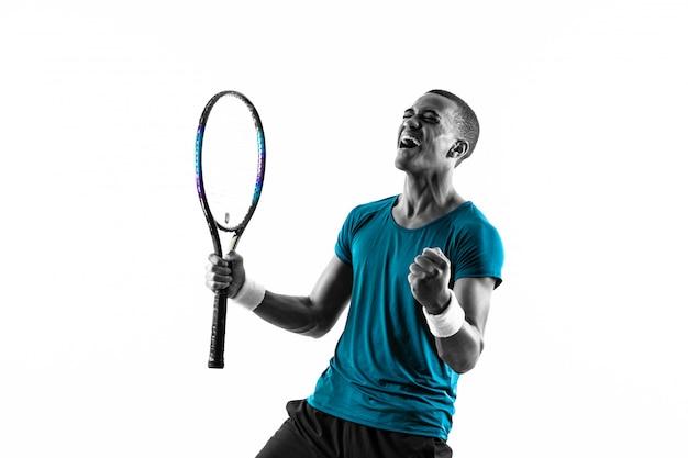 De amerikaanse mens van de afro amerikaanse tennisspeler over geïsoleerd wit Premium Foto