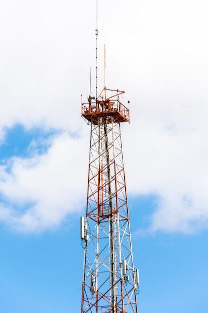 De antennes geïnstalleerd op de ijzeren toren Premium Foto