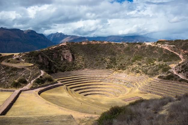 De archeologische vindplaats in moray, reisbestemming in cusco en de heilige vallei, peru. majestueuze concentrische terrassen, verondersteld inca's laboratorium voor de landbouw van levensmiddelen. Premium Foto