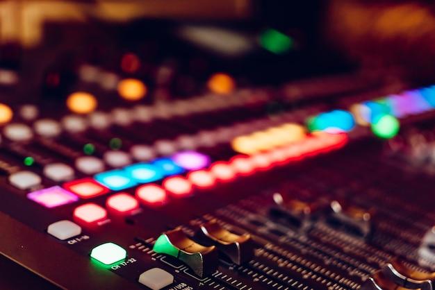 De audioapparatuur, bedieningspaneel van digitale studiomixer, zijaanzicht. close-up, geselecteerde focus Premium Foto