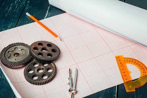 De autodelen op millimeterpapier sluiten omhoog. engineering concept Premium Foto