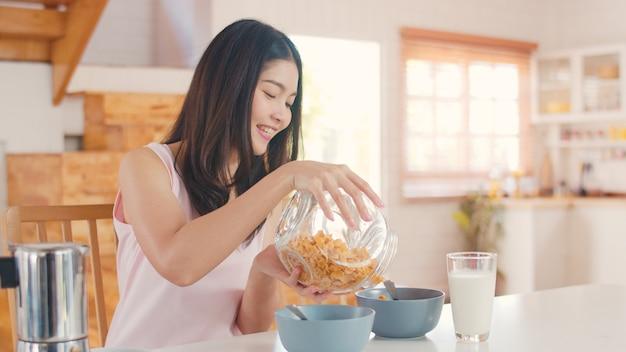 De aziatische japanse vrouw heeft thuis ontbijt Gratis Foto