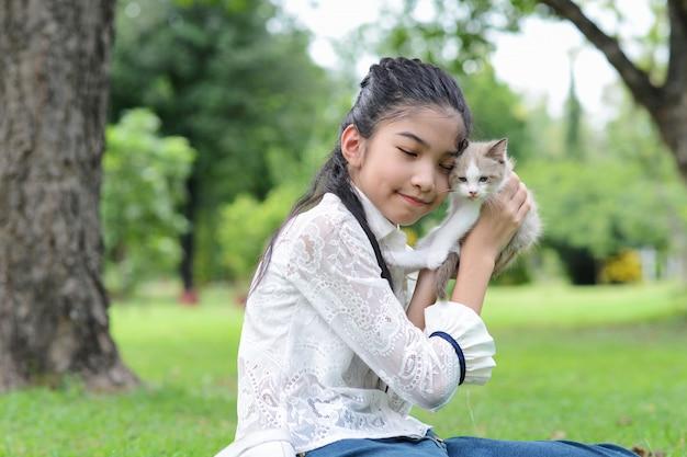 De aziatische jonge katjes van de meisjesholding in het park Gratis Foto
